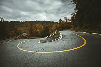 道が曲がる