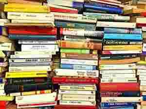 乱雑に積まれた本の山