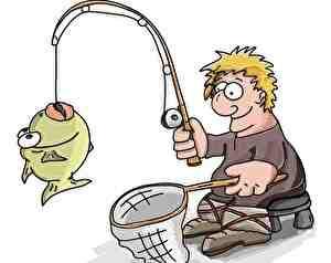 魚が釣れたラッキーな男性