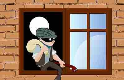 窓から逃げようとしている泥棒