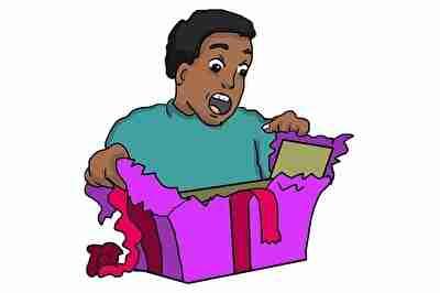 プレゼントを開けて驚く男性